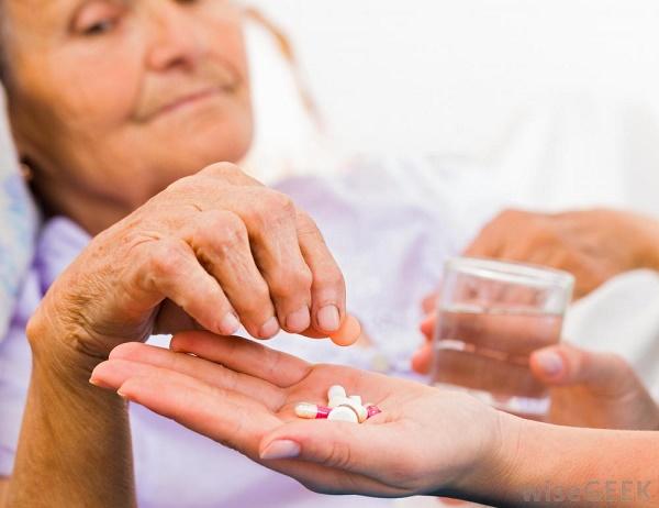 Pierwsze postępowanie dotyczy pomyłki w wydaniu leku w aptece. Drugie zostało wszczęte z urzędu w związku ze zgonem kobiety, która przyjmowała lek (fot. Shutterstock)