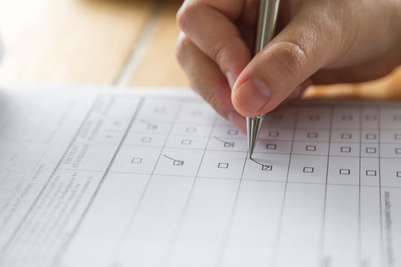 """Studenci w badaniu zostali poproszeni o odpowiedź na pytanie: """"Czy swoją przyszłość zawodową wiążesz z pracą w aptece?"""" (fot. Shutterstock)"""