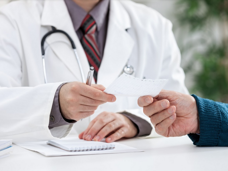 Lekarze po 8 stycznia nadal będą mogli wystawiać recepty papierowe w przypadku braku dostępu do Systemu Informacji Medycznej (fot. Shutterstock)