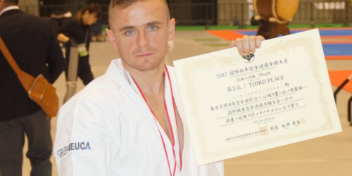 Farmaceuta na podium turnieju karate