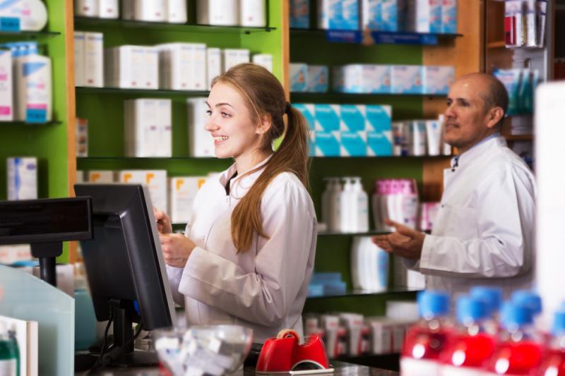 """TEB Edukacja zachęca do podjęcia kształcenia na kierunku technik farmaceutyczny, między innymi prezentując wypowiedzi swoich uczniów, którzy twierdzą, że """"aptek ciągle przybywa więc pracy nie zabraknie""""."""