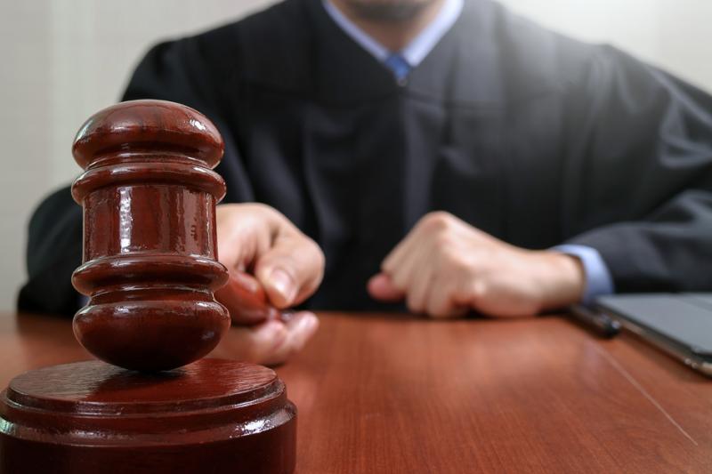 Waldemar S. nie przyznaje się do winy. Po mieście krążą plotki, że uciekł za granicę, ale to nieprawda: przedsiębiorca przychodzi do sądu na rozprawy.