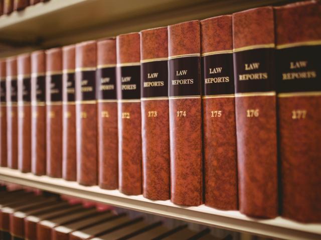 """Publikacje """"Law Reports"""" stoją na półce."""