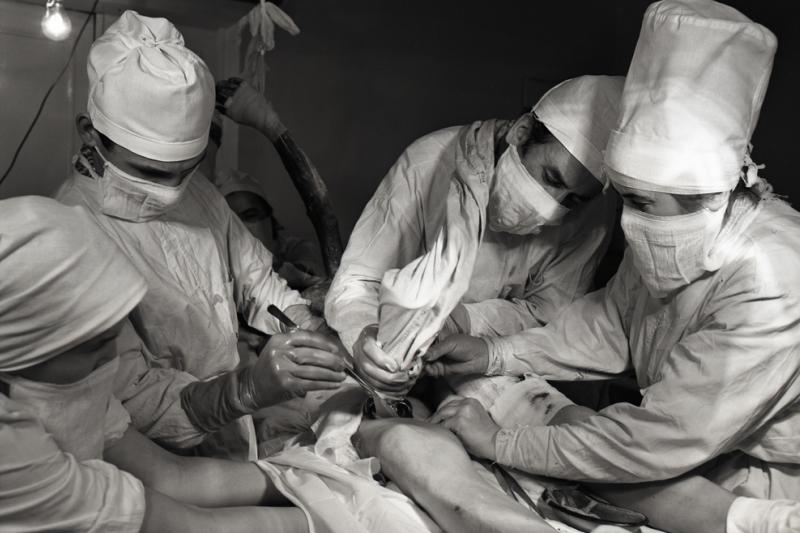 Czarno-białe zdjęcie lekarzy wykonujących operację