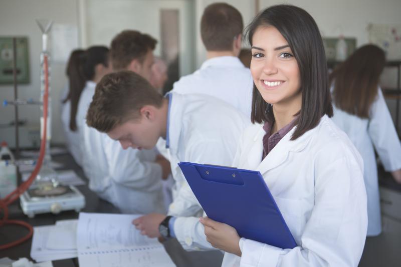 Podsekretarz stanu w Ministerstwie Zdrowia zapewnia też, że powołanie nowego zawodu nie będzie oznaczało obniżenia poziomu jego wykształcenia w stosunku do techników farmaceutycznych.