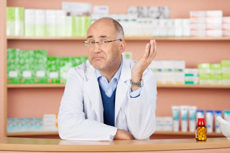 Farmaceuta stojący za ladą