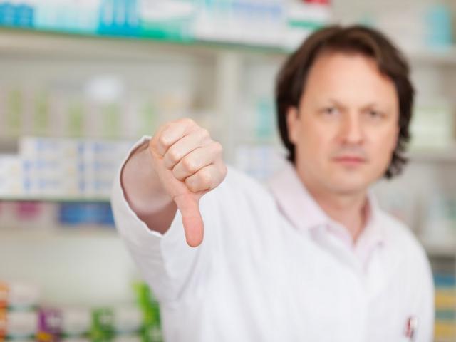 Farmaceuta z kciukiem w dół