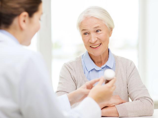 Farmaceutka udziela porady starszej pacjentce