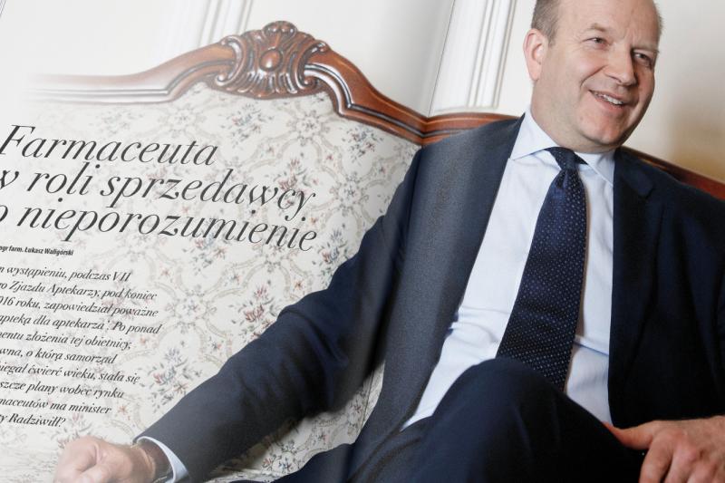 """Konstanty Radziwiłł na zdjęciu z magazynu """"MGR.FARM"""""""