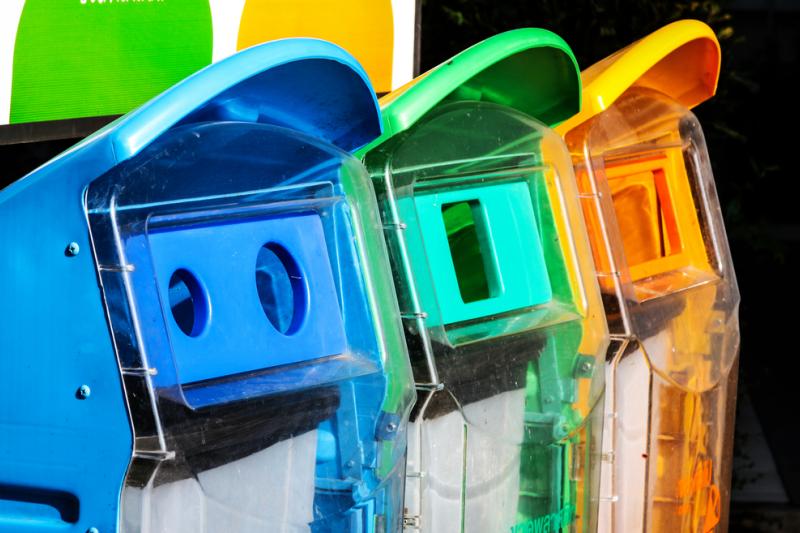 W trakcie postępowania właściciele aptek i punktu aptecznego zaprzeczali, aby zlecali lub samodzielnie umieszczali plakaty na pojemnijach na śmieci.