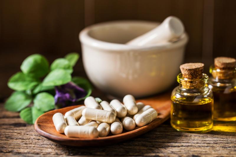 Ludzie coraz częściej poszukują produktów pozbawionych sztucznych dodatków. Zwracają się ku naturze zarówno przygotowując jedzenie, jak i dobierając kosmetyki. (fot. Shutterstock)