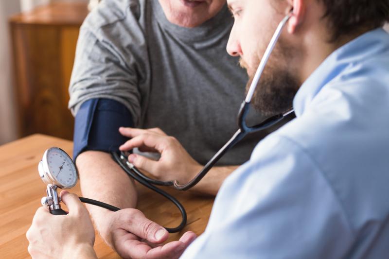 Lekarz mierzy pacjentowi ciśnienie.