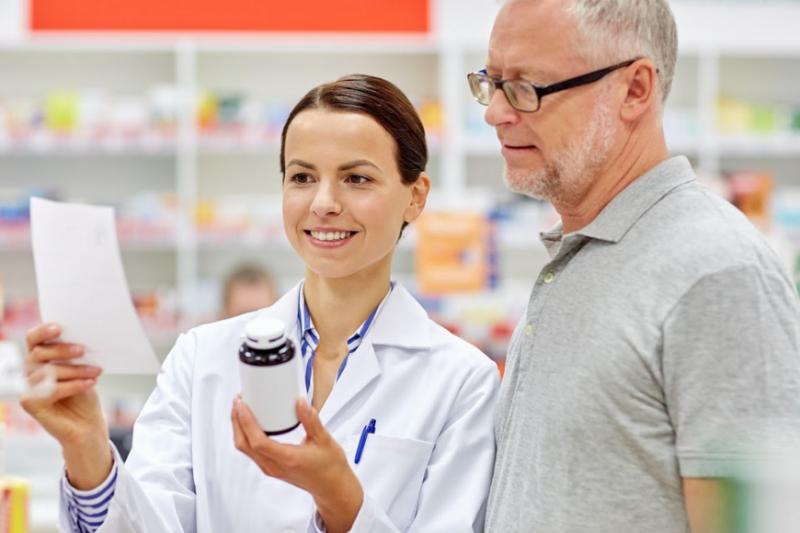 Farmaceutka doradza pacjentowi.