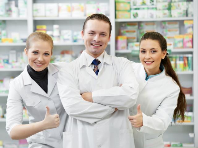 Zdecydowaną większość pracujących farmaceutów stanowiły kobiety (prawie 83% magistrów i 94% techników).