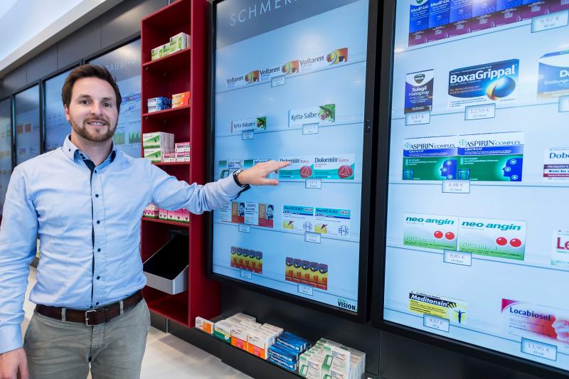 Ekran zamiast ekspozycji. Automatyczny system do magazynowania i wydawania leków może być zintegrowany z elektronicznym systemem ekspozycji produktów takim jak np. Rowa Vmotion.