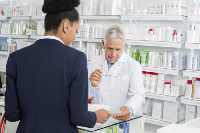 Farmaceutka obsługuje pacjentkę