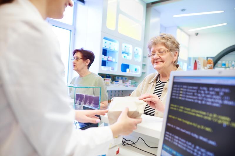 Farmaceutka obsługuje pacjentów