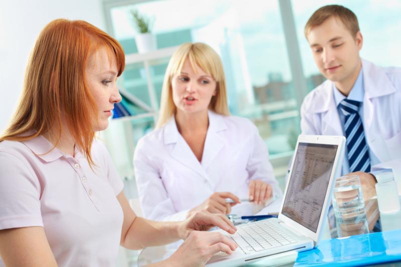 Farmaceuci pracują przy komputerze.