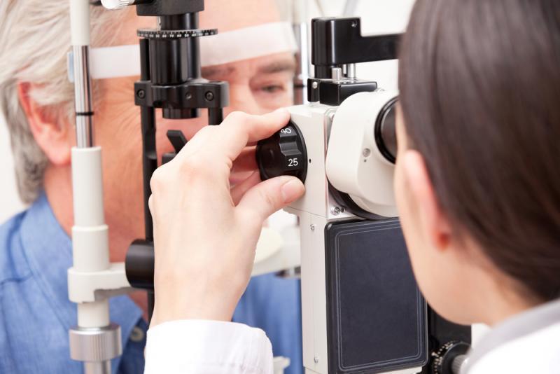 Lekarz przeprowadza badanie okulistyczne.