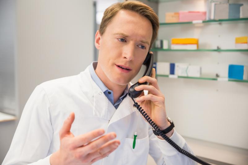 Farmaceuta rozmawiający przez telefon.