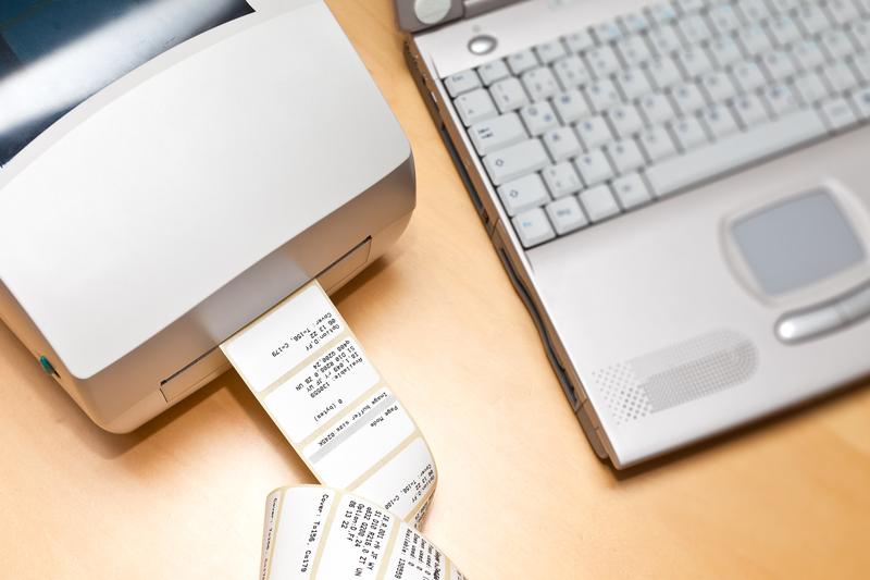 """Zmiast kupować 100 szt. naklejek z napisem """"Przechowywać w chłodnym miejscu"""" można je samodzielnie zaprojektować i wydrukować. (fot. Shutterstock)"""