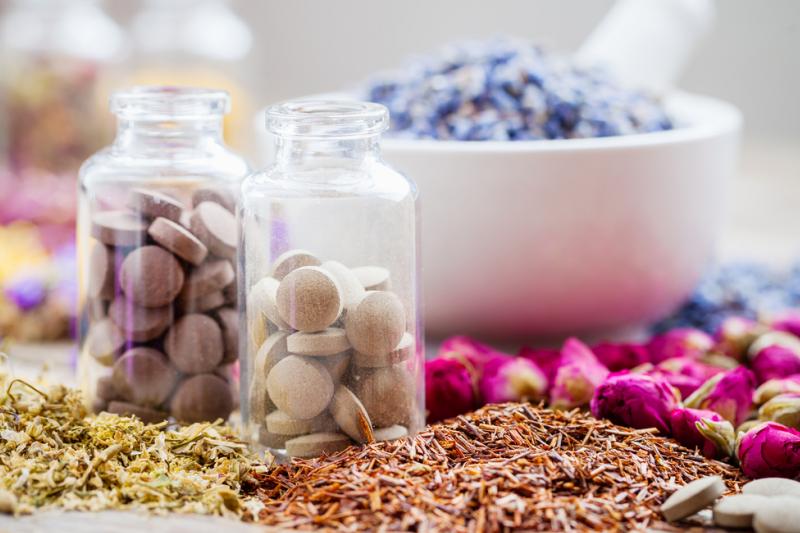 Moda na zdrowe odżywianie i związane z tym zwiększone zapotrzebowanie na zioła sprawiają, że do uprawy wprowadza się rośliny dotąd pozyskiwane wyłącznie ze stanu naturalnego. (fot. Shutterstock)