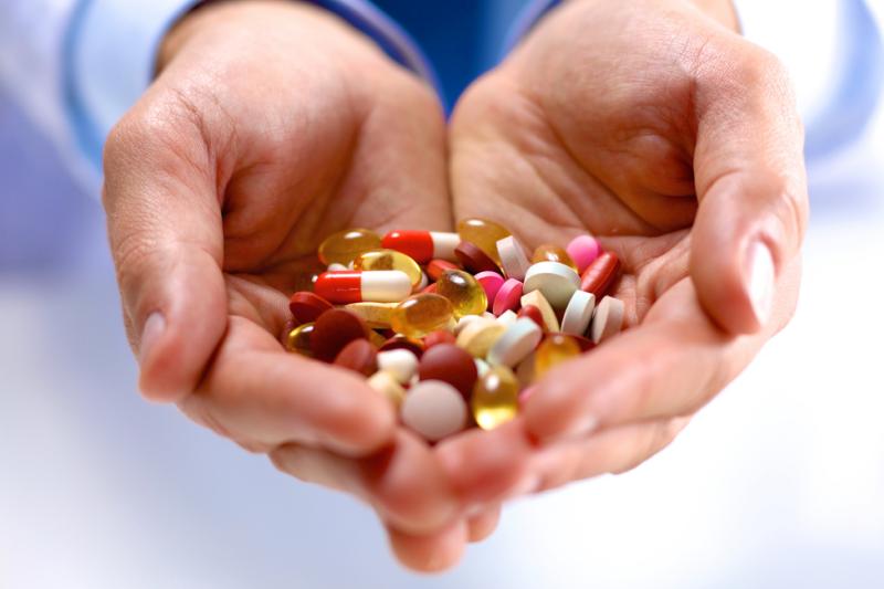 Zdaniem ekspertów niedopuszczalne jest, żeby na opakowaniach suplementów diety umieszczana była informacja, że pomagają na konkretne choroby. (fot: Shutterstock)