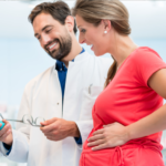 Przed czym farmaceuci powinni ostrzegać pacjentów stosujących retinoidy?