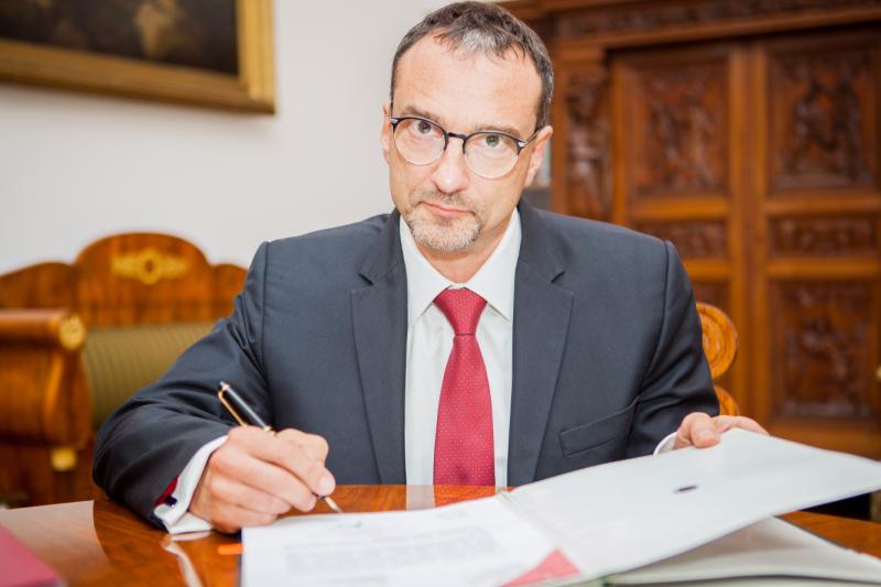 Jeżeli uszczelnimy legalną sieć dystrybucji leków, pacjenci będą mieć dostęp do bezpiecznych leków – mówi wiceminister zdrowia Marcin Czech. (fot. MZ)