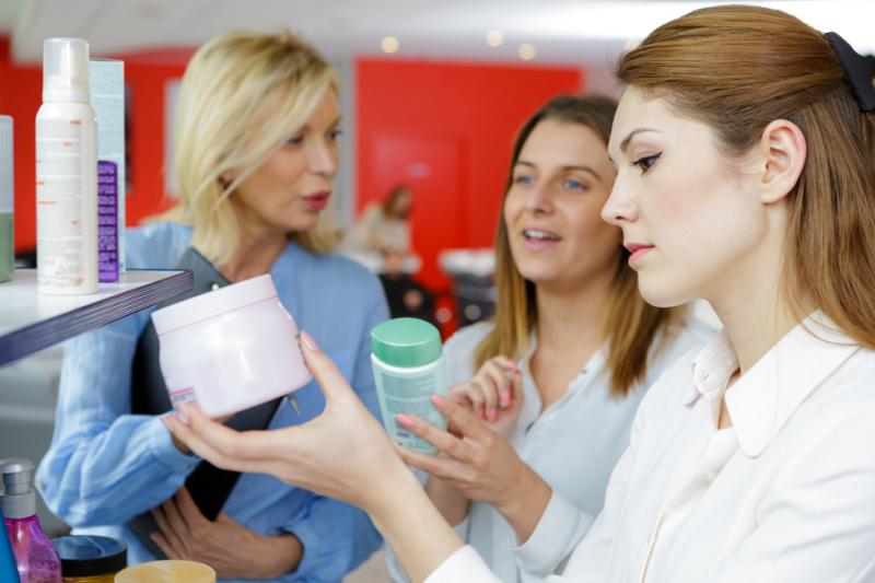 Dermokonsultacja służy tylko i wyłącznie przyciągnięciu do apteki pacjenta, który kupi dodatkowo inny produkt? (fot. Shutterstock)