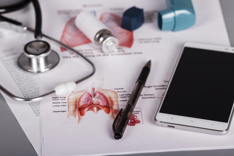 Dzięki technologii Bluetooth inhalator wykrywa, kiedy był ostatnio używany, następnie przypomina pacjentom o kolejnej dawce leku. (fot: Shutterstock)