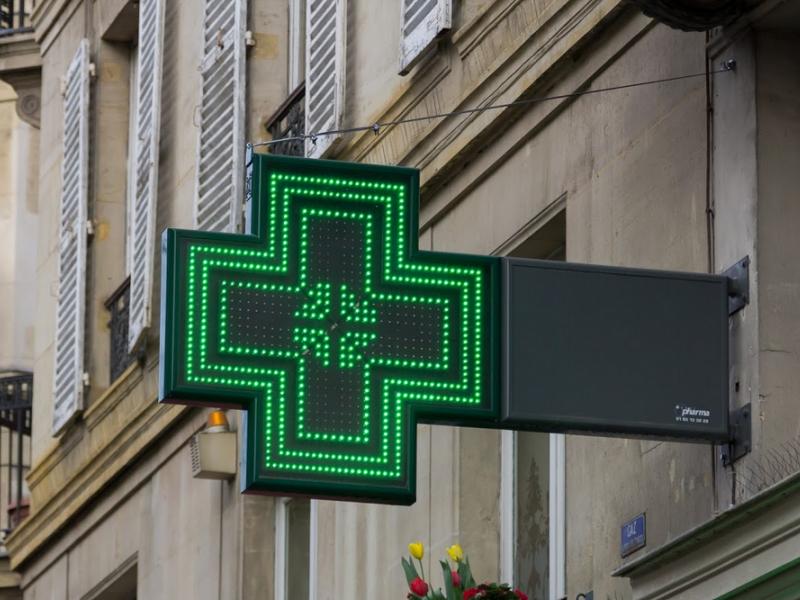 Na co czekają Wojewódzcy Inspektorzy Farmaceutyczni? Czas zagonić aptekarzy na drabiny, by pozdejmowali te świecące i zachęcające do wizyty w aptece krzyże. (fot. Shutterstock)