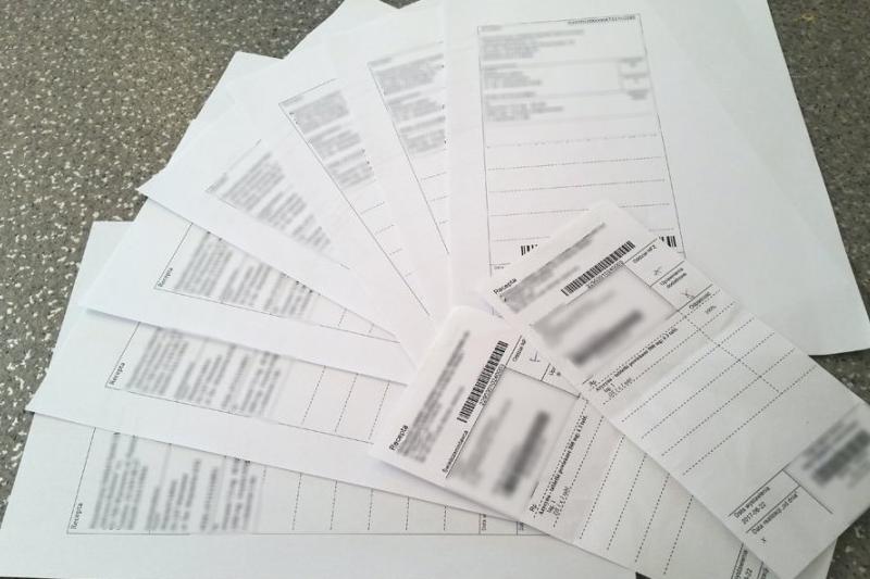 Podczas przeszukania mieszkania mężczyzny, Policjanci zabezpieczyli laptopa oraz znaleźli jeszcze 9 kartek z wydrukowanymi receptami. (fot. policja.waw.pl)
