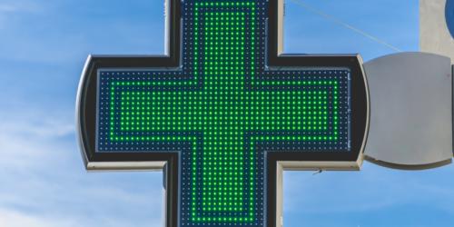 Krzyże w aptekach, a zakaz reklamy – poważne rozważania