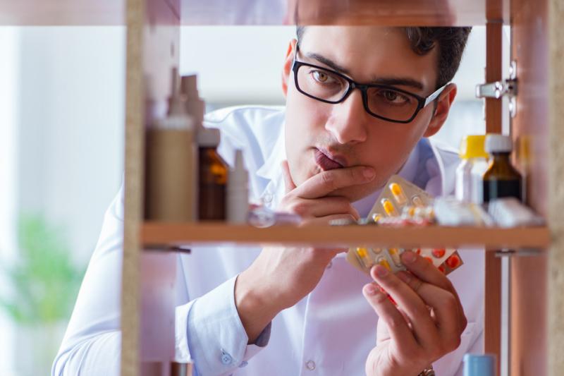 Farmaceuta ma więc zamiar przekwalifikować się do pracy w rodzinnym biznesie w branży meblowej (fot. Shutterstock).