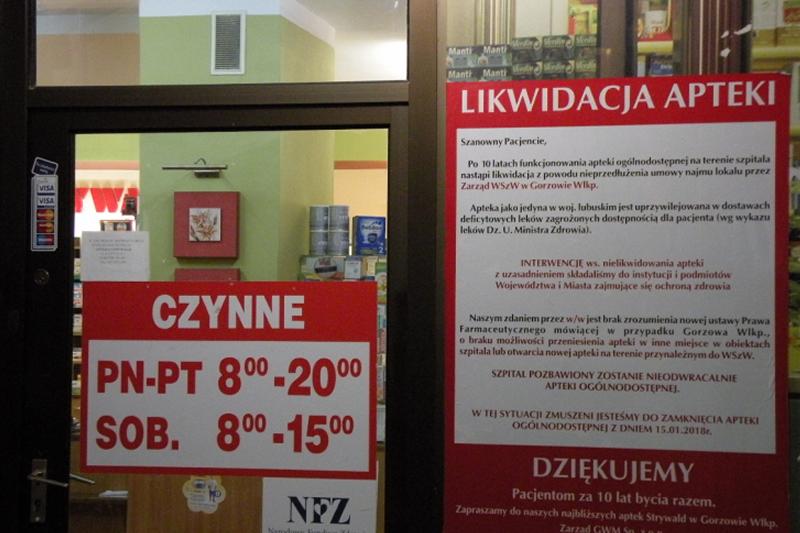 Przy wejściu do apteki zawieszono plakat informujący o przyczynach jej likwidacji. (fot. radiogorzow.pl)
