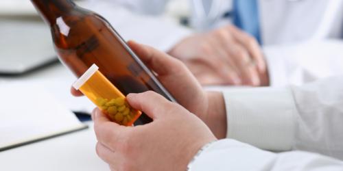 10 leków, których nie należy łączyć z alkoholem