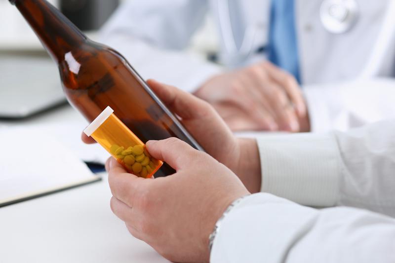 W wielu badaniach wykazano, iż alkohol pogłębia drgawkorodne działanie amitryptyliny, a także klozapiny, bupropionu. (fot. Shutterstock)