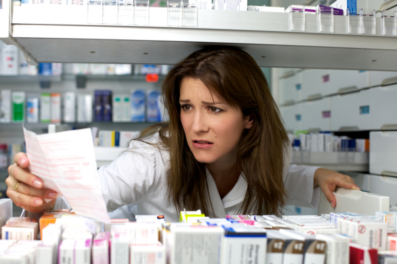 Apteka będzie miała obowiązek poinformować pacjenta, jeśli dany farmaceuta lub technik farmaceutyczny pracuje dłużej niż 8 godzin. (fot. Shutterstock)