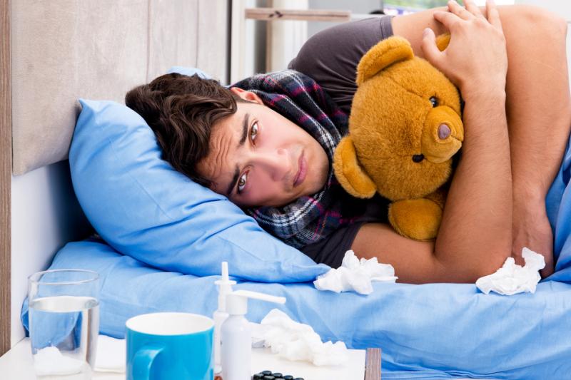 """Mężczyźni """"umierają"""" z powodu zwykłego przeziębienia przede wszystkim dlatego, że ich system odpornościowy działa nieco inaczej niż kobiecy. (fot. Shutterstock)"""