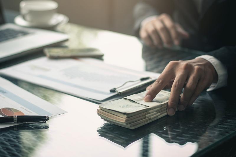 Oskarżony tłumaczył, że pieniądze na jego koncie pochodziły z kredytów i z prezentów, które otrzymał z okazji ślub. (fot. Shutterstock)