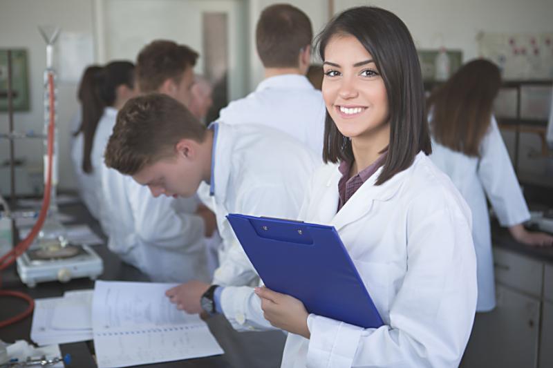 Uniwersytet planuje przyjmować rocznie na kierunek farmacja od 40 do 50 studentów. (fot. Shutterstock)