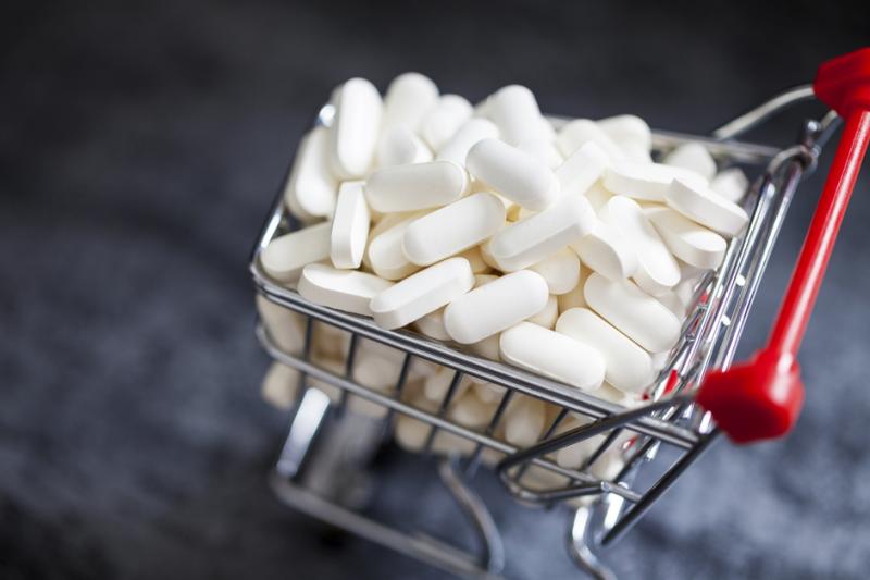 Zdaniem posła wraz z lekiem wyrzucane są też pieniądze z kasy państwowej, włożone w ten lek w postaci refundacji (fot. Shutterstock)