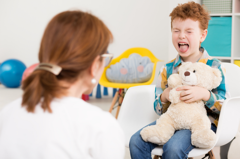 Farmaceuci w swojej praktyce powinni zwrócić uwagę, czy pacjenci i ich opiekunowie rozumieją rolę leczenia zaburzeń spektrum autystycznego. (fot. Shutterstock)