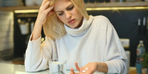 Polacy zbyt często sięgają o leki przeciwbólowe. Dlaczego?