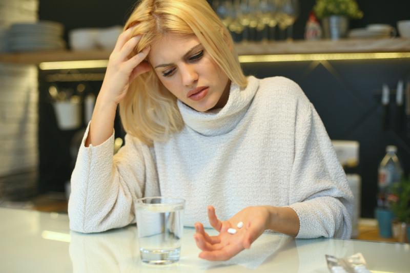 Wiele osób nie odróżnia także leków przeciwbólowych od przeciwzapalnych i przeciwgorączkowych (fot. Shutterstock)
