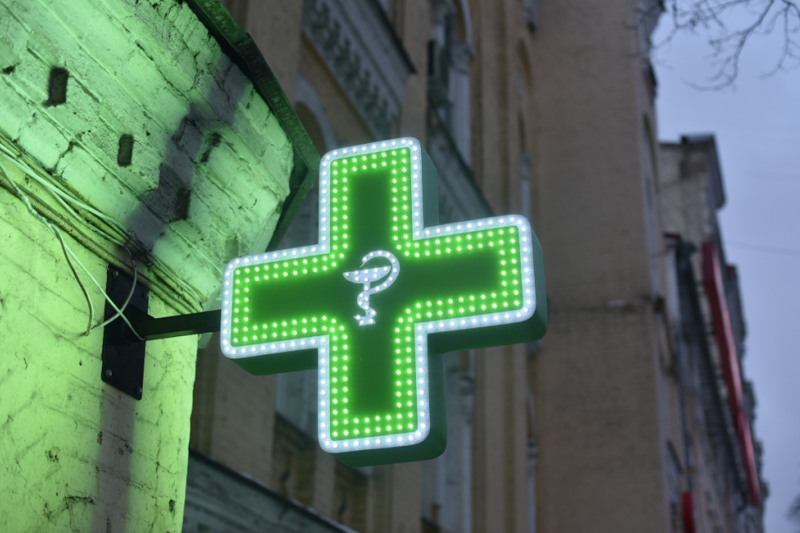 Według projektu apteki nadal mogłyby pobierać dopłaty za wydawanie produktów leczniczych, środków spożywczych specjalnego przeznaczenia żywieniowego oraz wyrobów medycznych w porze nocnej. (fot. Shutterstock)