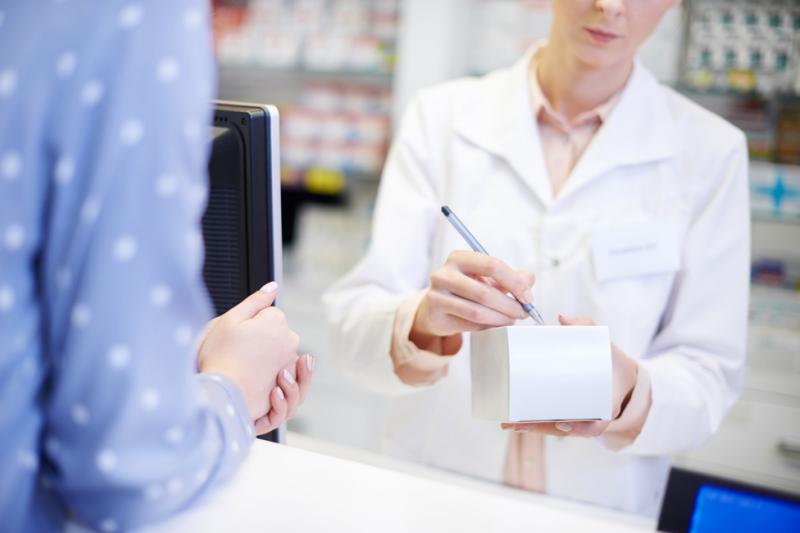 77% pracowników aptek biorących udział w ankiecie, przyznało że kodeina kojarzy im się przede wszystkim z działaniem przeciwkaszlowym. (fot. Shutterstock)