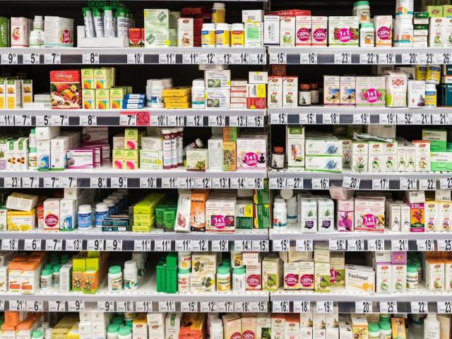 W nowoczesnych aptekach układ leków na półkach nie jest już dziełem przypadku. (fot. Shutterstock)