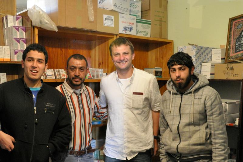 Punkt dystrybucji leków w mieście Darna i jego pracownicy (fot. Rafał Hechmann)